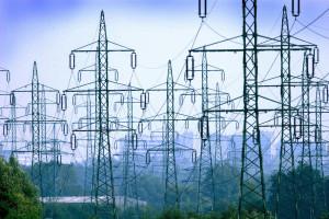 ARCHIV - Freileitungsmasten in der NŠhe eines Umspannwerkes bei Schwerin (Archivfoto vom 18.9.2003). Die gro§en Stromnetze in Deutschland sollen schneller ausgebaut werden. Damit sollen EngpŠsse beim Transport von Strom aus erneuerbaren Energien sowie beim Stromexport verringert werden. Das beschloss der Bundestag am Donnerstag (07.05.2009) mit den Stimmen von Union, SPD und FDP. GrŸne und Linke stimmten dagegen. Foto: Jens BŸttner dpa/lmv (zu dpa 0533 vom 07.05.2009) +++(c) dpa - Bildfunk+++